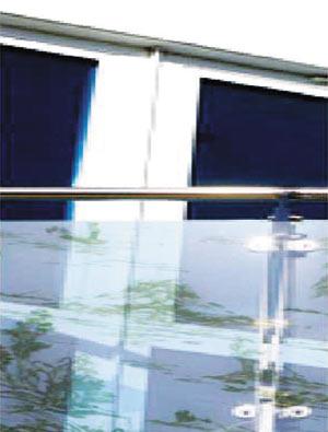 Балкон со стеклянной запечатанной перегородкой