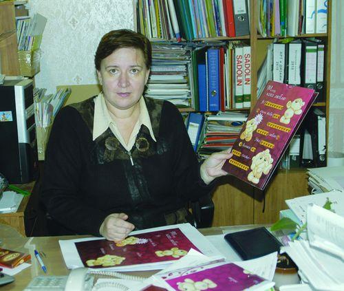 Главный технолог типографии «Картон-Полиграф» Наталья Евгеньевна Савина принимает очередную работу из издательства «Арт и Дизайн»
