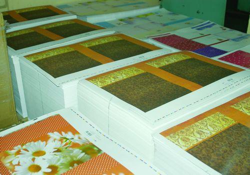 Стеллажи с печатными листами для пакетов вожидании операции биговки и ручной сборки