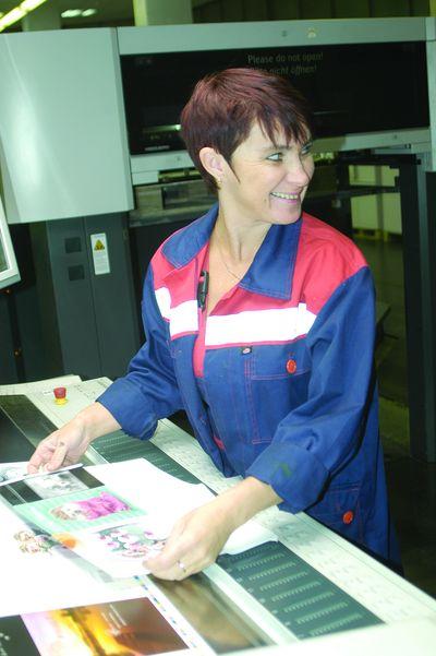 Хорошее настроение печатника Натальи Андреевой— лучшая реклама возможностей Speedmaster CD 102-4+L UV. А это, во-первых, автоматическое снабжение краской из картриджей InkStar (на калужском полиграфическом сленге они почему-то называются «картушами») с функцией перемешивания краски. Во-вторых, автоматическая смывка для УФ- и обычных красок. И в-третьих, удобный и быстрый вуправлении интерфейс плюс контроль печати на мониторе Wallscreen