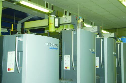 Секции листовой офсетной печатной машины Speedmaster CD 102-4+L UV. Стрелкой показано расположение сменных картриджей с краской