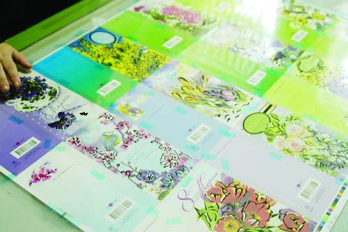 Только после того, как печатный лист отлежался после офсета, он попадает намонтажный стол и по нему вручную делают абрис для дальнейшего изготовления трафаретной печатной формы (в нашем примере— для нанесения блесток)