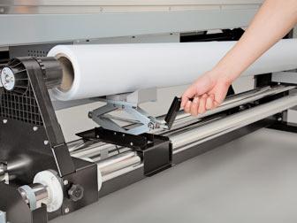 При необходимости принтер можно доукомплектовать специальными домкратами, облегчающими процедуру установки рулона