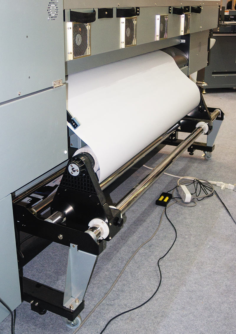 Рулон с печатным носителем устанавливается сзади