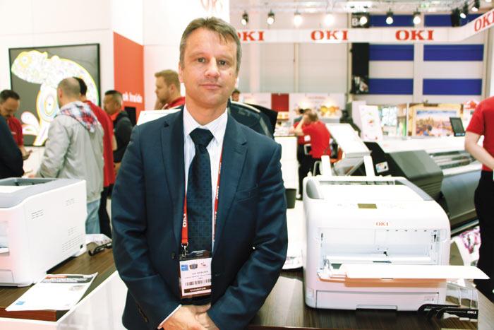 Ли Вебстер (Lee Webster), генеральный менеджер OKI EUROPE РїРѕ продуктовому маркетингу, СЃ новым принтером СЃ белым тонером формата Рђ3В<!-- WP_SPACEHOLDER -->— OKI Pro8432WT